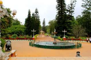 Our friend Kumar invited us to go see Lalbagh Gardens. It's such a pretty place!